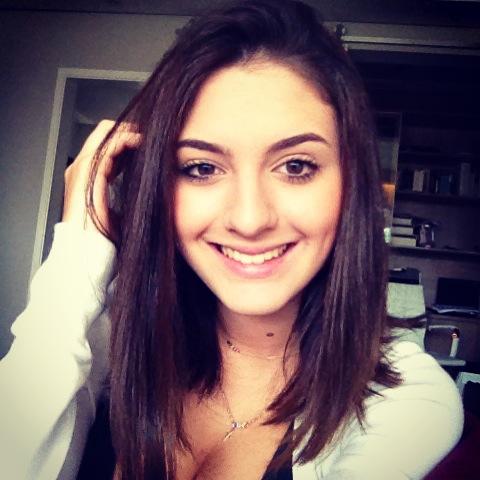 Isabela Fontolan (Bela). 16 anos.  Esmaltes. Maquiagem. Química.